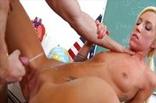 Junge Schulfotze vom Lehrer auf der Schulbank gefickt und angespritzt
